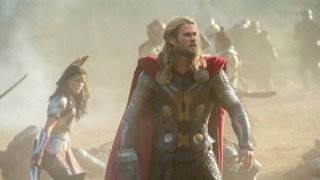 Natalie Portman en Chris Hemsworth in Thor: The Dark World
