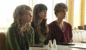 Never Let Me Go: Carey Mulligan (Kathy), Keira Knightley (Ruth) en Andrew Garfield (Tommy)