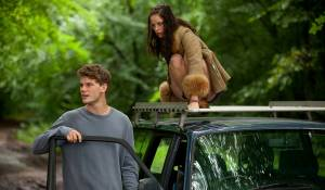 Now Is Good: Jeremy Irvine (Adam) en Kaya Scodelario (Zoey)