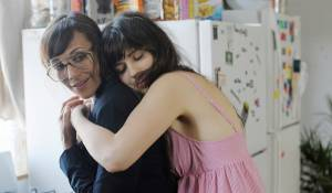 Our Idiot Brother: Rashida Jones (Cindy) en Zooey Deschanel (Natalie)