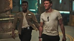 Pacific Rim: Uprising 3D: John Boyega (Jake Pentecost) en Scott Eastwood (Nate Lambert)