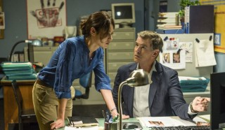 Olga Kurylenko en Pierce Brosnan in November Man