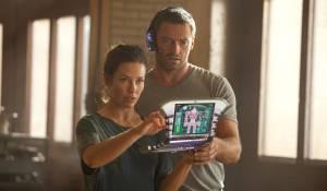 Real Steel: Evangeline Lilly (Bailey Tallet) en Hugh Jackman (Charlie Kenton)
