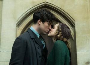 Red Joan: Stephen Campbell Moore (Max) en Sophie Cookson (Young Joan)