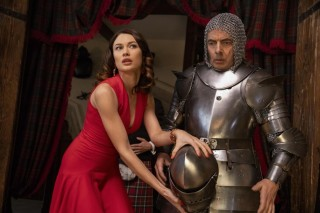 Olga Kurylenko en Rowan Atkinson in Johnny English Strikes Again