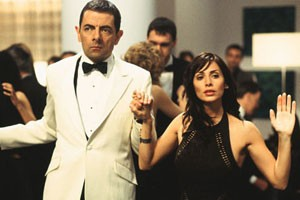 Rowan Atkinson en Natalie Imbruglia in Johnny English