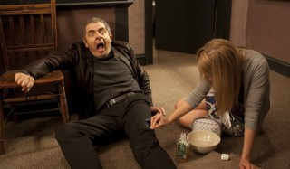 Rowan Atkinson en Gillian Anderson in Johnny English Reborn