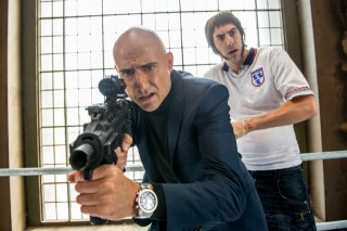Mark Strong en Sacha Baron Cohen in Grimsby