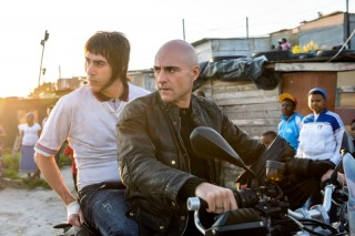 Sacha Baron Cohen en Mark Strong in Grimsby