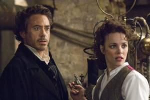 Robert Downey Jr. (Sherlock Holmes) en Rachel McAdams (Irene Adler)