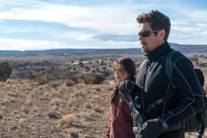 Sicario: Day of the Soldado: Isabela Moner en Benicio Del Toro (Alejandro Gillick)