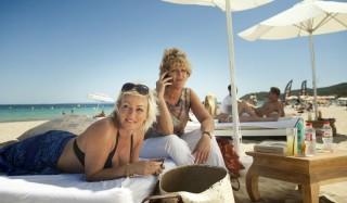 Lone van Roosendaal en Simone Kleinsma in Verliefd op Ibiza