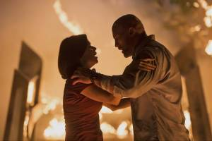 Skyscraper: Neve Campbell (Sarah Sawyer) en Dwayne Johnson (Will Ford)