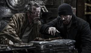 Snowpiercer: John Hurt (Gilliam) en Chris Evans (Curtis)