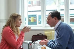 Still Life: Joanne Froggatt (Kelly Stoke) en Eddie Marsan (John May)