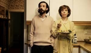 Submarine: Noah Taylor (Lloyd Tate) en Sally Hawkins (Jill Tate)