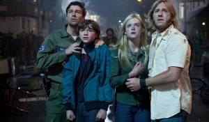 Super 8: Kyle Chandler (Deputy Lamb), Joel Courtney (Joe Lamb), Elle Fanning en Ron Eldard