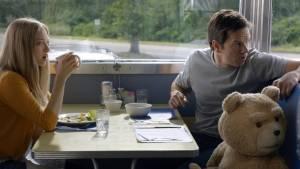 Ted 2: Amanda Seyfried (Samantha Jackson) en Mark Wahlberg (John Bennett)