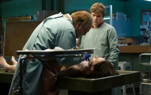 The Autopsy of Jane Doe: Brian Cox (Tommy), Olwen Catherine Kelly (Jane Doe (as Olwen Kelly)) en Emile Hirsch (Austin)
