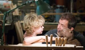 The Beaver: Riley Thomas Stewart (Henry Black) en Mel Gibson (Walter Black)