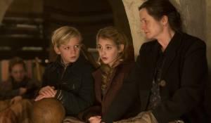 The Book Thief: Nico Liersch (Rudy), Sophie Nélisse (Liesel) en Emily Watson (Rosa)