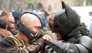 The Dark Knight Rises: Tom Hardy (Bane) en Christian Bale (Bruce Wayne / Batman)