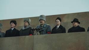 The Death of Stalin: Michael Palin (Vyacheslav Molotov), Jeffrey Tambor (Georgy Malenkov), Rupert Friend (Vasily Stalin), Steve Buscemi (Nikita Khrushchev) en Simon Russell Beale (Lavrentiy Beria)