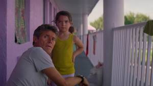 The Florida Project: Willem Dafoe (Bobby) en Brooklynn Prince (Moonee)
