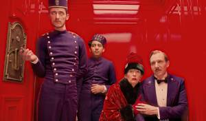 The Grand Budapest Hotel: Paul Schlase (Igor), Tony Revolori (Zero), Tilda Swinton (Madame D.) en Ralph Fiennes (M. Gustave)