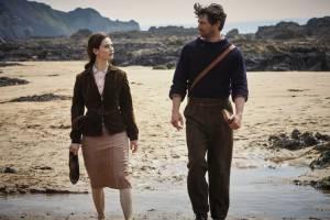 The Guernsey Literary Society: Lily James (Juliet Ashton) en Michiel Huisman (Dawsey Adams)