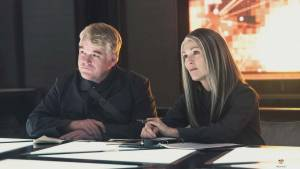 Philip Seymour Hoffman (Plutarch Heavensbee) en Julianne Moore (President Alma Coin)