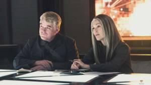 The Hunger Games: Mockingjay - Part 1: Philip Seymour Hoffman (Plutarch Heavensbee) en Julianne Moore (President Alma Coin)