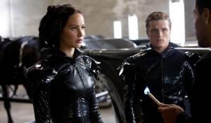 The Hunger Games: Jennifer Lawrence (Katniss Everdeen), Josh Hutcherson (Peeta Mellark) en Lenny Kravitz (Cinna)