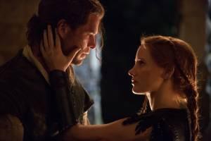 The Huntsman Winter's War: Chris Hemsworth (The Huntsman) en Jessica Chastain (Sara)