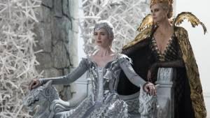 The Huntsman Winter's War: Emily Blunt (Freya) en Charlize Theron (Ravenna)