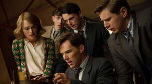 The Imitation Game: Keira Knightley (Joan Clarke), Matthew Beard (Peter Hilton), Matthew Goode (Hugh Alexander), Benedict Cumberbatch (Alan Turing) en Allen Leech (John Cairncross)
