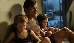 The Impossible: Samuel Joslin (Thomas), Ewan McGregor (Henry) en Oaklee Pendergast (Simon)
