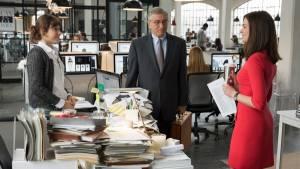 The Intern: Robert De Niro (Ben Whittaker) en Anne Hathaway (Jules Ostin)