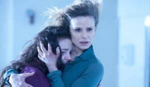 The Possession: Natasha Calis (Em) en Kyra Sedgwick