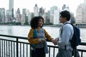 The Sun Is Also a Star: Yara Shahidi (Natasha Kingsley) en Charles Melton (Daniel Bae)