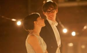 The Theory of Everything: Felicity Jones (Jane Hawking) en Eddie Redmayne (Stephen Hawking)