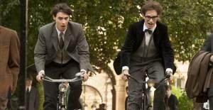 The Theory of Everything: Harry Lloyd (Brian) en Eddie Redmayne (Stephen Hawking)