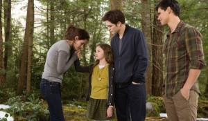 Kristen Stewart (Bella), Mackenzie Foy (Renesmee), Robert Pattinson (Edward Cullen) en Taylor Lautner (Jacob Black)