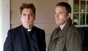 To the Wonder: Javier Bardem (Father Quintana) en Ben Affleck (Neil)