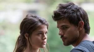Marie Avgeropoulos (Nikki) en Taylor Lautner (Cam)