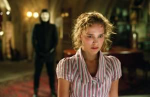 Natalie Portman met op de achtergrond Hugo Weaving