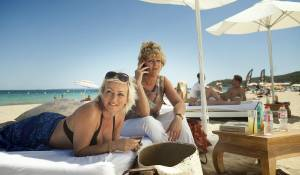 Verliefd op Ibiza: Lone van Roosendaal (Jacky) en Simone Kleinsma (Irma)