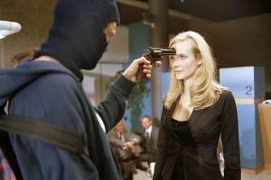 Bracha van Doesburg als Katia in bank met gun op hoofd