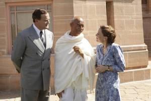 Viceroy's House: Hugh Bonneville (Lord Mountbatten), Neeraj Kabi (Mahatma Gandhi) en Gillian Anderson (Edwina Mountbatten)