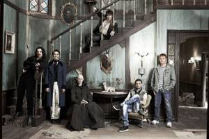What We Do in the Shadows: Jemaine Clement (Vladislav), Taika Waititi (Viago), Ben Fransham (Petyr), Jonathan Brugh (Deacon), Cori Gonzalez-Macuer (Nick) en Rhys Darby (Anton, werewolf)